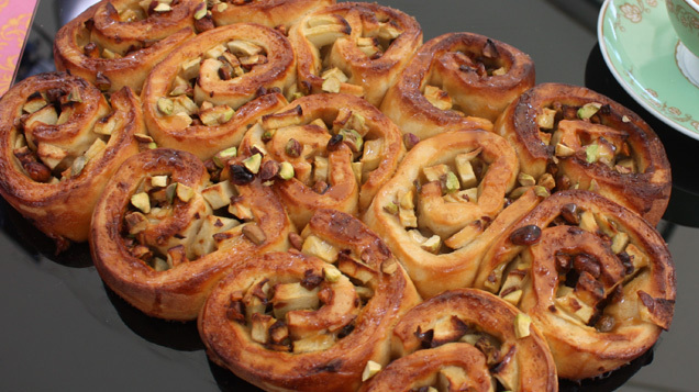 Alex\'s Sweet Bread: Toffee apple tear and share loaf with caramel sauce