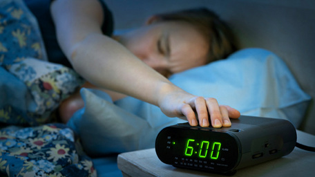 Here's why you should never hit your snooze button in the morning